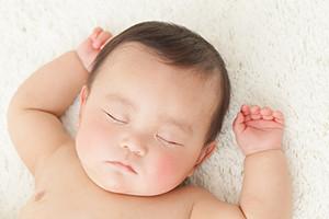 夜泣きはいつから?赤ちゃん~2歳の夜泣きの原因と対策  by AMOMA