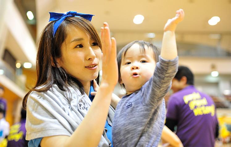 毎年300名超の社員とその家族が集まるスポーツイベントである「わくわく♪運動会」に参加する谷口さん親子