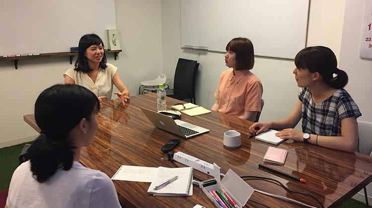 柳下さん(左奥)とLAXIC学生編集部のメンバーたち