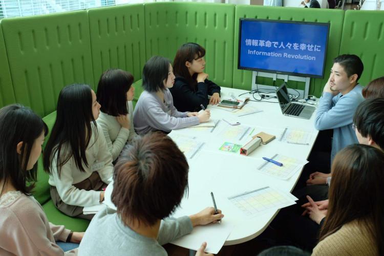 人材採用部の小野さんと、参加した学生たち