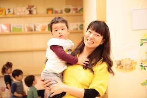 働くお母さんに寄り添う保育園を目指して。<br />高原友美さんが認可外保育園の運営にこめる想い
