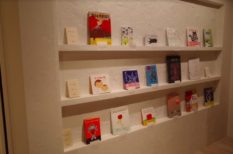 店頭で販売されている、ブックディレクター幅允孝さんが選書した本たち